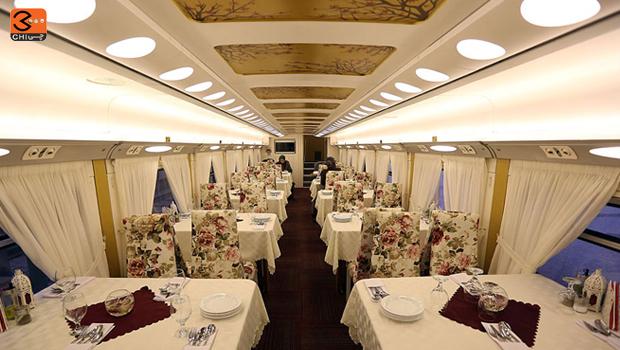 رستوران قطار مجلل زندگی منوی پر و پیمانی از غذا و انواع خوراکیها دارد.