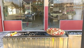 اگر بخواهید برایتان از این پیاز و گوجه روی آتش هم می آورند. به عنوان مزه روی غذا