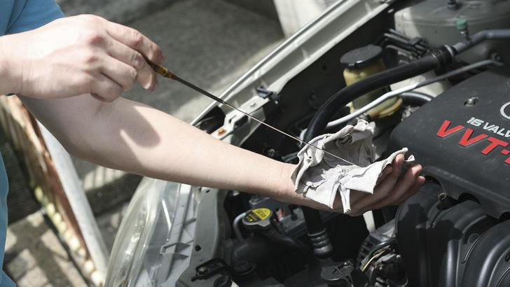 چک کردن خودرو برای سفر: روغن موتور
